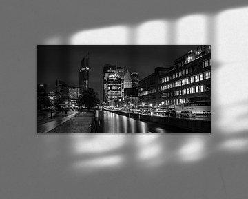 La Haye de nuit, vue de la gare centrale et de la ligne d'horizon sur Arthur Scheltes
