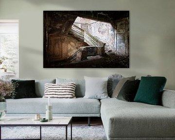 Verlassene Treppe aus dunklem Beton. von Roman Robroek