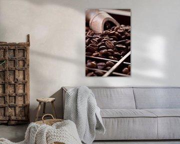 Koffiebonen in een houten lade van Uwe Merkel