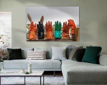 Handschoenen op een hek in Texel van Erik van 't Hof