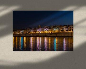 Avond opname van Sevilla met de Guadalquivir rivier met uitzicht op de levendige straat Betis van Kim Willems