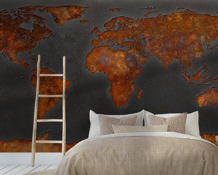Sfeerimpressie behang: Wereldkaart roest - signaalzwart van Frans Blok