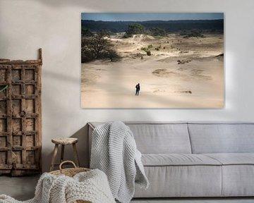 Eenzame wandelaar op zandverstuiving