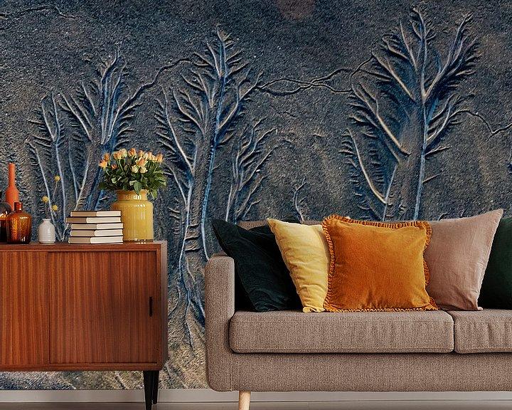 Sfeerimpressie behang: Bomen uit het zand. van Ron van Gool