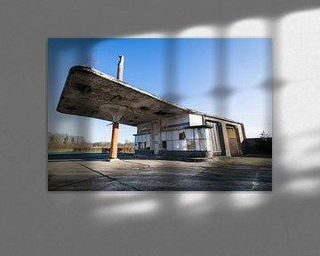 Verlassene Tankstelle aus den 1950er Jahren in den Niederlanden von Ger Beekes