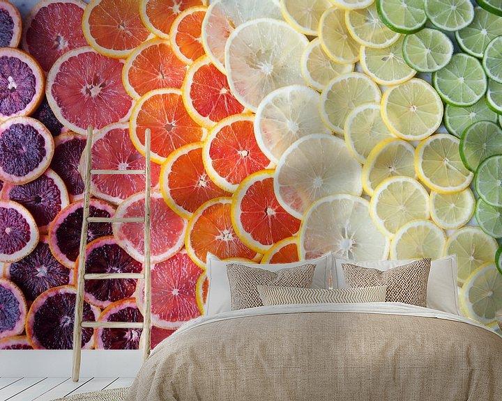 Sfeerimpressie behang: 12295958 Citrusfruit in regenboogkleuren van BeeldigBeeld Food & Lifestyle