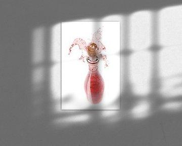 00915108 Rose uit een flesje spattend van BeeldigBeeld Food & Lifestyle
