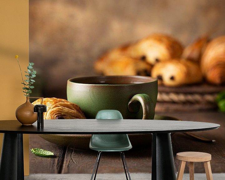 Sfeerimpressie behang: Groene kop thee met minichocoladebroodje van Iryna Melnyk