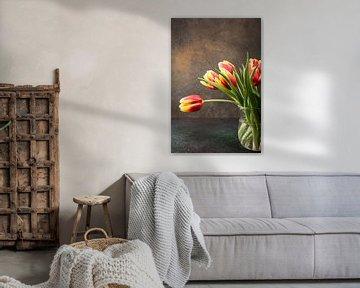 Rotgelbe Tulpen in Glasvase von Iryna Melnyk