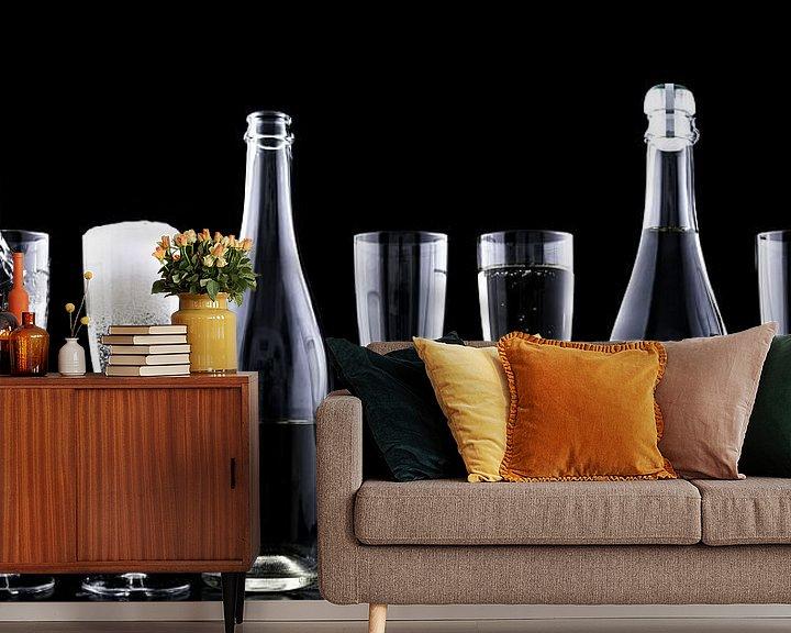 Beispiel fototapete: Flaschen und Gläser mit Champagner in dunkler Umgebung von Atelier Liesjes