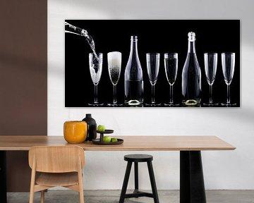 Flaschen und Gläser mit Champagner in dunkler Umgebung von Atelier Liesjes