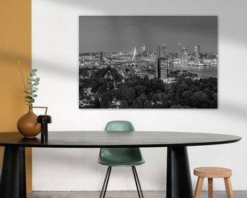Rotterdamse skyline 's avonds zwart-wit van Michael Valjak