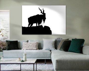 schwarze Silhouette einer gehörnten Ziege auf einem Felsen auf weißem Hintergrund. Auf dem Berg steh von Michael Semenov