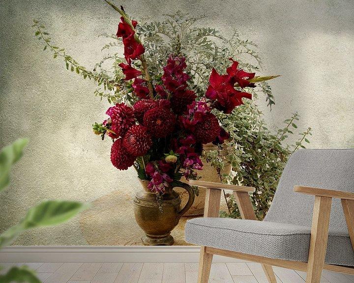 Sfeerimpressie behang: Stilleven met Rode Bloemen van Guna Andersone