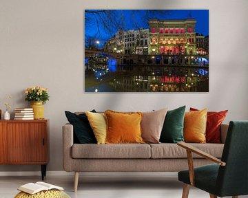 Oudegracht Utrecht blauw uur, Winkel van Sinkel en Bezembrug van André Russcher