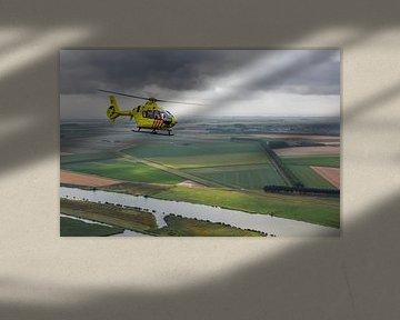 Trauma-Hubschrauber über typisch niederländischer Landschaft von Jimmy van Drunen