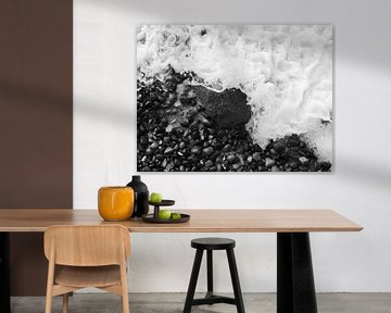 Rotsen in de branding, van bovenaf gefotografeerd in zwart en wit van Jörg Hausmann