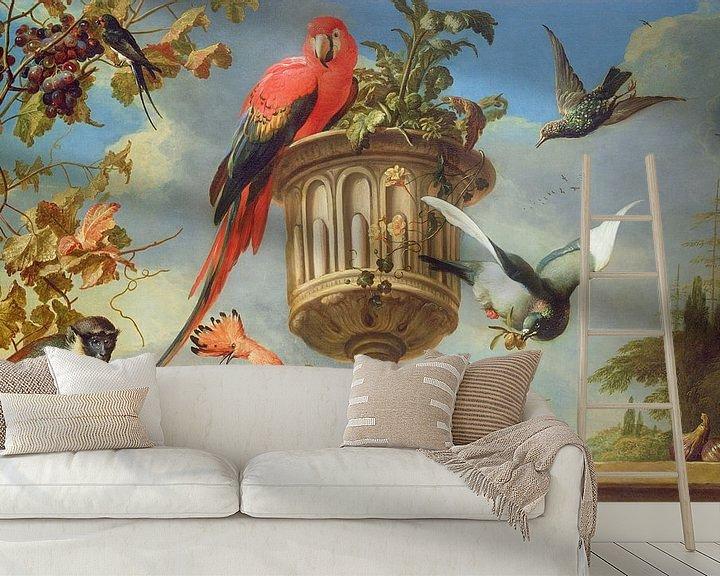 Sfeerimpressie behang: Scharlaken ara op een urn, met andere vogels en een aap die druiven eet, Melchior d'Hondecoeter