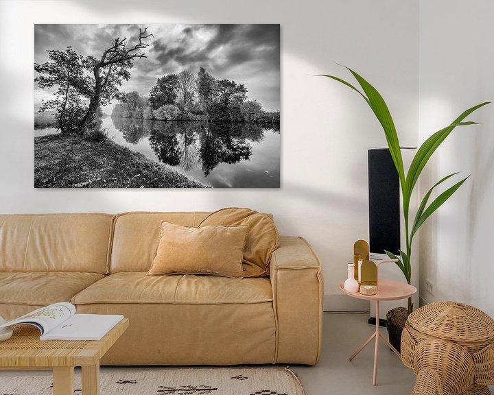 Sfeerimpressie: Bomen langs de waterkant met reflectie in zwart-wit van R Smallenbroek