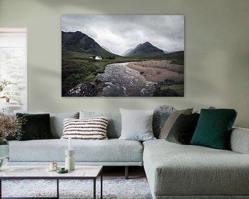 Wit huisje in Glencoe, Schotland van Jeroen Verhees