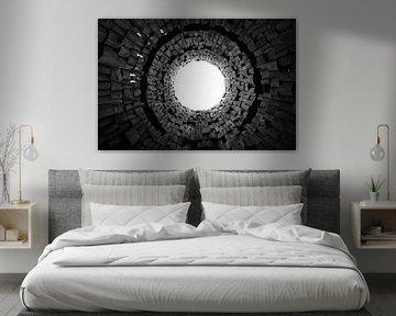 Seltsames Tor und Trompete am Himmel. Dunkler Tunnel und Licht, Symbol des Todes Schwarz-Weiß-Bild von Michael Semenov