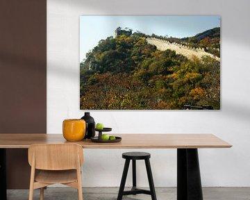 Mur sur la falaise. Tours et murailles de la grande muraille de Chine dans une forêt dense d'automne sur Michael Semenov