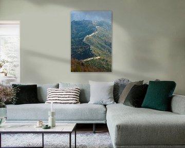 La grande muraille sur les montagnes en automneLa muraille passe par le sommet des collines couverte sur Michael Semenov