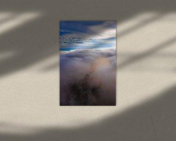 De magnifiques nuages en dessous tourbillonnent, illuminés de rose et d'orange par le soleil couchan sur Michael Semenov
