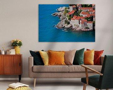 De vieilles maisons recouvertes de tuiles rouges et d'une mer d'un bleu éclatant en gros plan au Mon sur Michael Semenov
