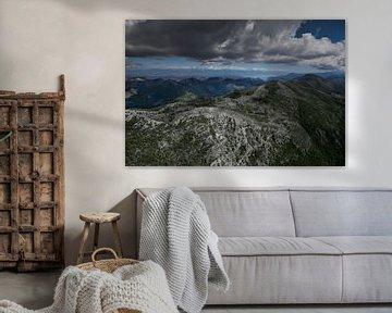 paysage ci-dessous (photo aérienne d'un parapente) avec des montagnes vertes, sévères avec des nuage sur Michael Semenov