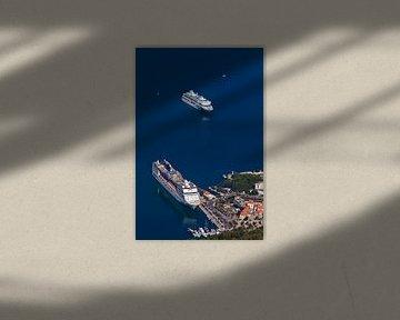 deux énormes bateaux de croisière dans le port, vue de très haut, eau bleue - croisières cool sur Michael Semenov