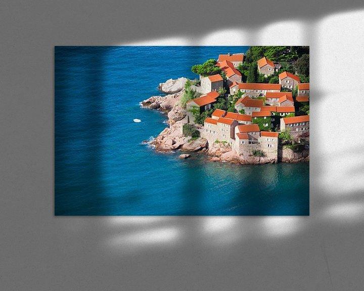 Sfeerimpressie: Mediterrane stad. kleine huizen met een pannendak en groene bomen aan de blauwe zee. geluk in ontspa van Michael Semenov