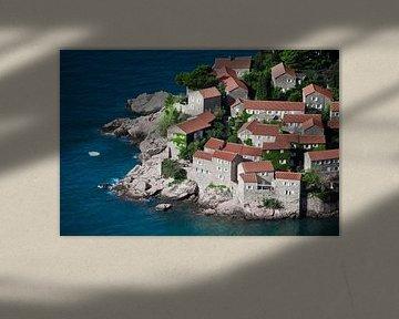 Mediterrane stad. kleine huizen met een pannendak en groene bomen aan de blauwe zee. geluk in ontspa van Michael Semenov