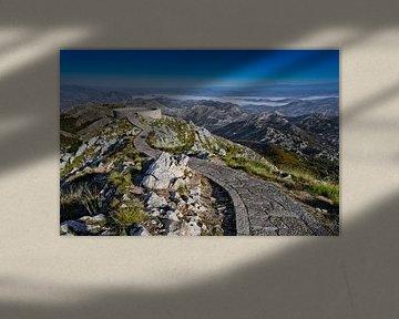 stenen pad, de met platen omzoomde weg gaat langs een hoge pas naar het observatiedek, blauwe luchts van Michael Semenov