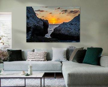 Zonsondergang bij tussen de rotsen bij Blue Bay, Curacao van Joke Van Eeghem