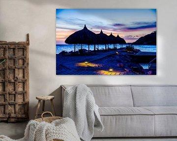 Palapa's bij kleurrijke zonsondergang van Joke Van Eeghem