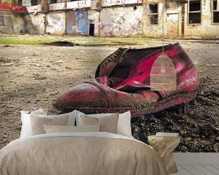 Beispiel fototapete: Alter Schuh in einer verlassenen Fabrik von Frank Herrmann