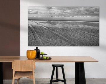 bandensporen op het strand van Vlieland van Studio de Waay