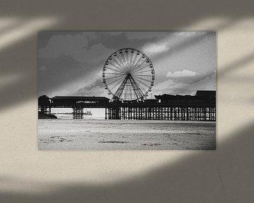 Beroemde pier in Blackpool. Zwart-wit. van Erik Juffermans