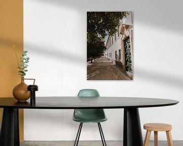 De straten van Faro vol sinaasappelbomen, Algarve Portugal van Manon Visser