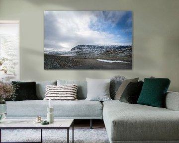 Sneeuw op de bergen in Noorwegen van Mickéle Godderis