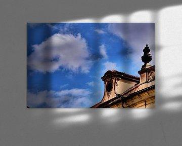 Prag - Wolken über dem Gebäude von Wout van den Berg