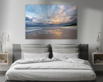 Strandblick mit farbigen Wolken und Spiegelung von Ralf Lehmann