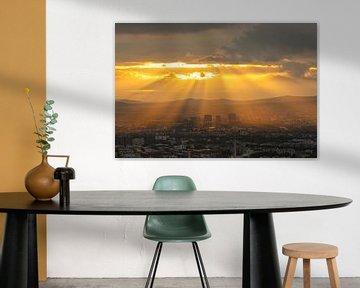 De skyline van Frankfurt in Duitsland tijdens zonsondergang
