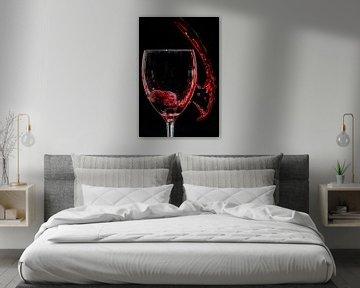 Rode wijn dat in en naast het glas splasht