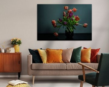 Bos tulpen in bloei in een vaas van glas tegen donkere achtergrond