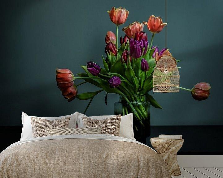Beispiel fototapete: Blühender Tulpenstrauß in einer Glasvase vor dunklem Hintergrund von Atelier Liesjes