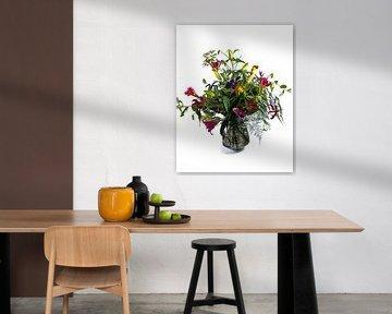 Boeket fleurige bloemen in een glazen vaas