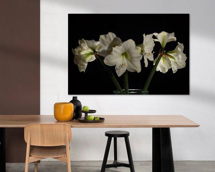 Sfeerimpressie: Amaryliss boeket tegen achtergrond in zwart van Atelier Liesjes