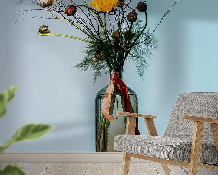 Sfeerimpressie behang: Boeket bloeiende bloemen in zwevende vaas tegen blauwe achtergrond van Atelier Liesjes